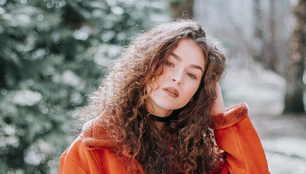 prendre soin cheveux bouclés en hiver